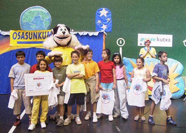 Escolares reciben diploma Osasunkume en un acto festivo